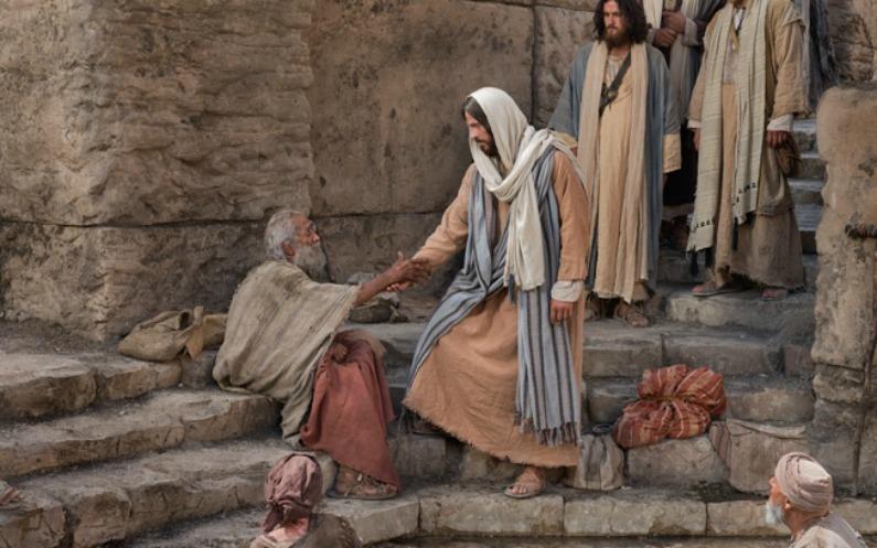 老人の手を握るイエス・キリスト