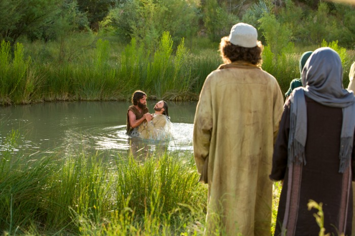 バプテスマのヨハネがイエスに川でバプテスマを施している