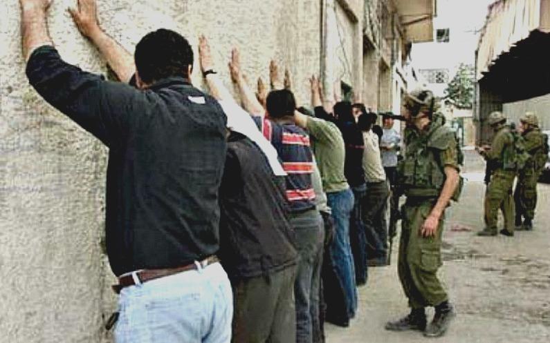 イスラエル兵に検問されるパレスチナ人