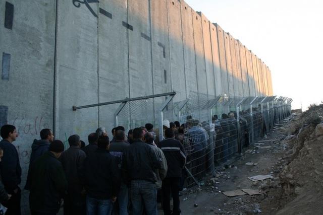 イスラエルの検問所で並ぶ人々