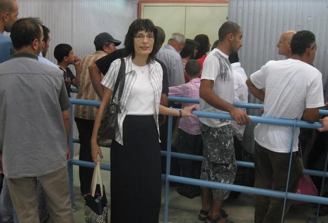 エルサレムへ入るために並ぶ人々