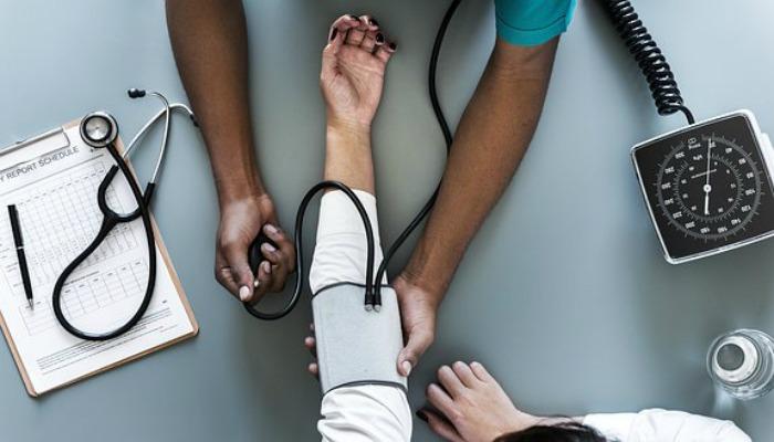 血圧を測ってもらう様子
