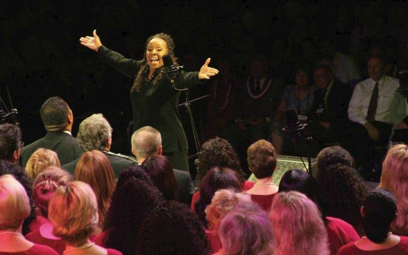 聖歌隊One Voiceを指揮するグラディス・ナイト